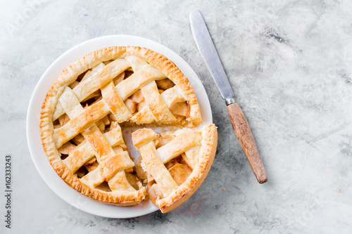 Photo  Popular American apple pie on gray table