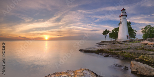 Fotobehang Zonsondergang Marblehead Lighthouse on Lake Erie, USA at sunrise