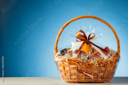 Pinturas sobre lienzo  gift basket on blue background