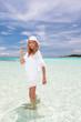 海辺で遊ぶ笑顔の女性