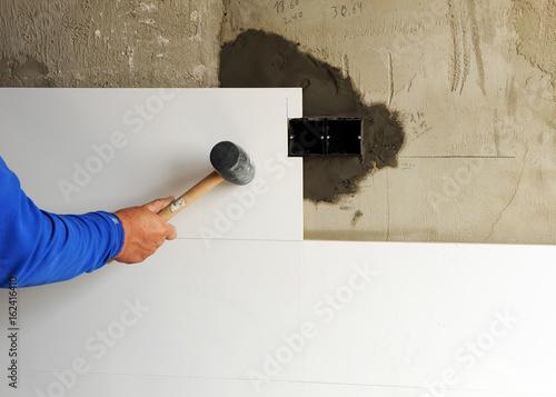 Photo Alicatador trabajando en la reforma de la casa