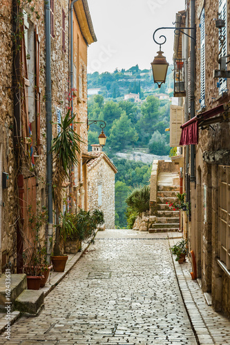Papiers peints Ruelle etroite Street in the old town Tourrettes-sur-Loup in France.