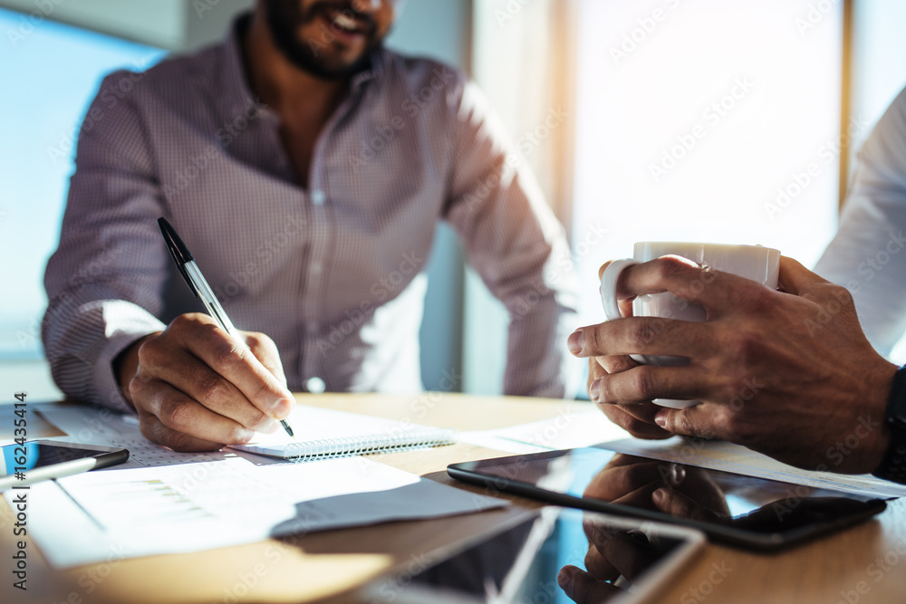 Photo  Business investors planning business sitting at table in office.