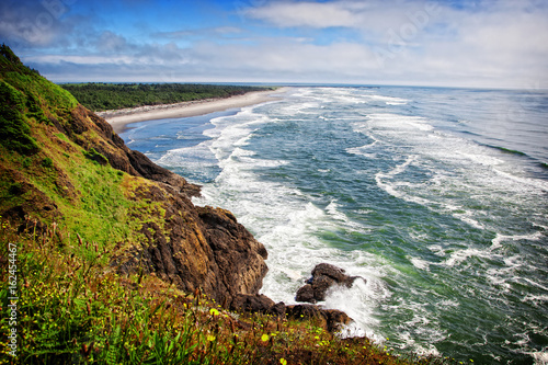 Poster Kust Waves on the Washington Coast - A scenic view of the pacific northwest coastline looking south from Cape Disappointment state park in Washington, USA.