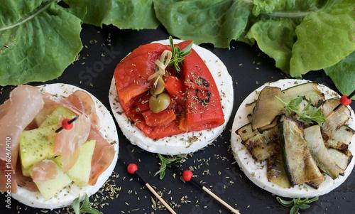 Foto auf AluDibond Vorspeise sommerliche Appetithappen mit Mozzarella