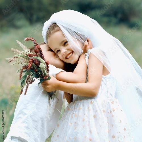 Ung brud og brudgom spiller bryllup sommer udendørs-9641