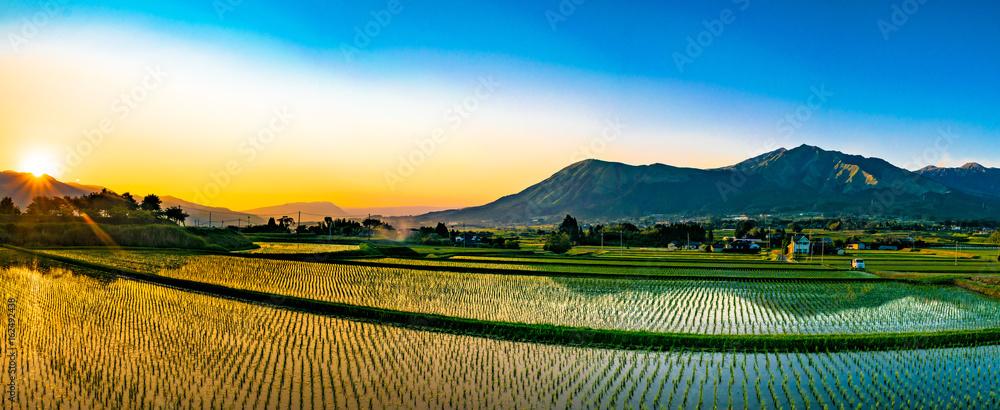 Fototapeta 阿蘇山と田園の夕景