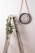 Reloj vintage de pared y escalera con flores.