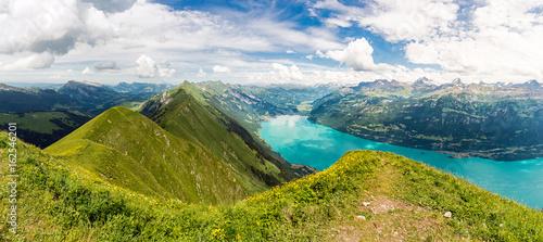 widok-panoramiczny-na-jezioro-brienzersee-i-gore-augstmatthorn-w-szwajcarii