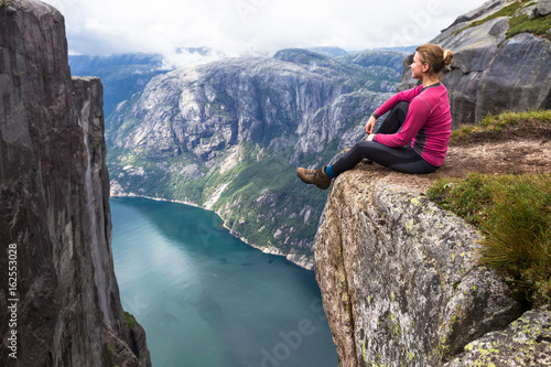 Poster Gris Happy people relax in cliff during trip Norway. hiking route