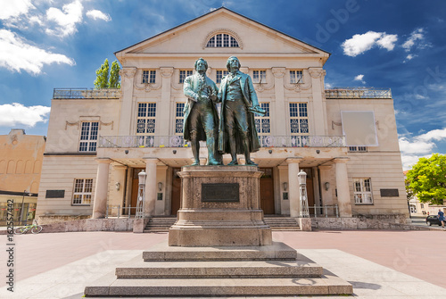 Photo sur Aluminium Commemoratif Deutsches Nationaltheater mit Goethe und Schiller in Weimar, Thüringen