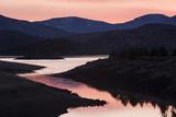 Różowy zachód słońca w Weed, Kalifornia, nad jeziorem w pobliżu Mount Shasta ze wzgórzami i łąkami - 162575683