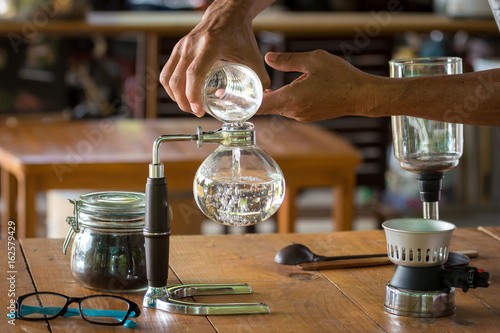 close up of siphon vacuum, coffee cup and siphon vacuum coffee maker at shop Fototapet