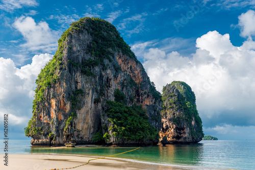 Poster Tropical plage Beautiful high cliff in the sea at the resort of Thailand