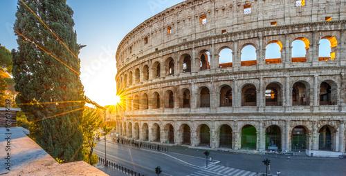 Fototapeta Colosseum przy wschodem słońca, Rzym. Rzymska architektura i punkt orientacyjny. Rzym Koloseum to jeden z najbardziej znanych zabytków Rzymu i Włoch