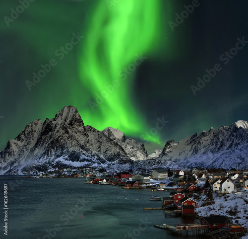 Photo sur Aluminium Aurore polaire Nordlicht in Reine Lofoten Norwegen