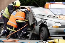 Pompiers Secourant Des Victimes D'un Accident De Voiture