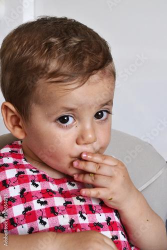 Fotografie, Obraz  nino con babero comiendo gallega,bizcocho