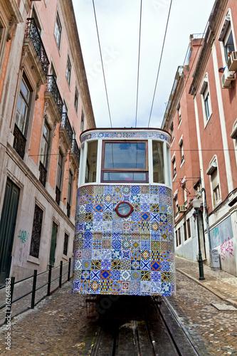 In de dag Havana The Gloria Funicular (Ascensor da Gloria) in Lisbon, Portugal