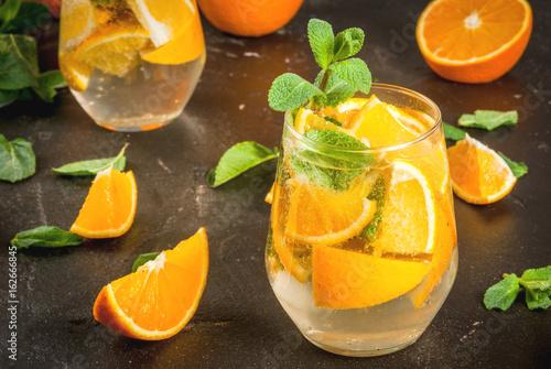orzezwiajacy-napoj-pomaranczowy-z-kawalkami-owocow
