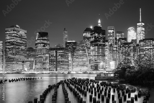 Fototapeta Manhattan skyline seen from Brooklyn at night, New York City, USA. obraz