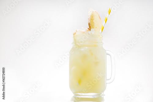 Photo yellow lemonade with slice of ginger