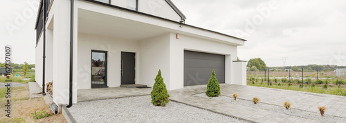 Obraz Big house with car garage - fototapety do salonu
