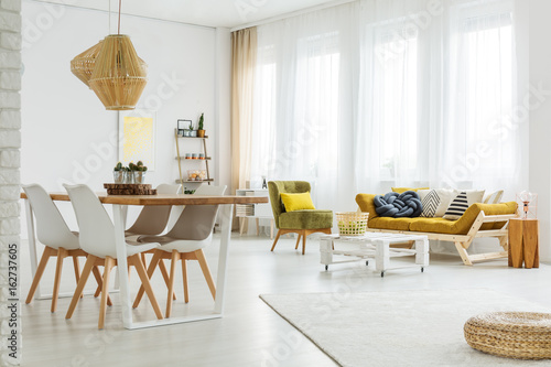 Pinturas sobre lienzo  Bright spacious room