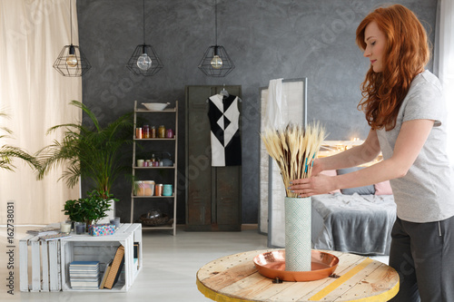 Fototapeta Woman decorating apartment obraz