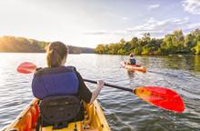 Navegando En El Rio En Kayak Al Atardecer