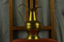 Stilleven Op Antieke Stoel Met Geelkoperen Kan