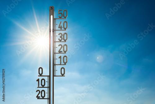Poster Fleur Hitzewelle, Thermometer mit Sonne und blauem Himmel im Hintergrund