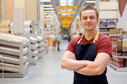 Fotografía  salesman at construction super store