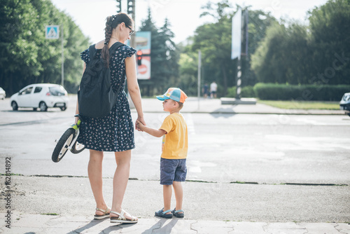 Fényképezés  mother with son stands on traffic light