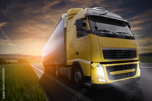 Zdjęcie XXL Ciężarówka na ulicy w wieczór