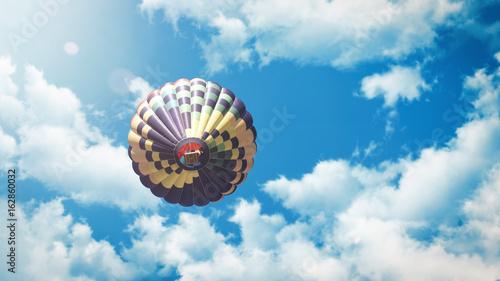 heisluftballon-fliegt-vor-blauem