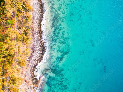 widok-z-lotu-ptaka-plaza-przy-noosa-w-jasny-dzien-na-sunshine-coast-w-australia