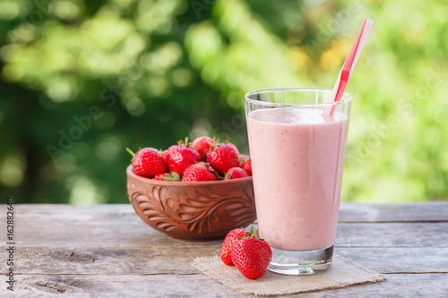 Tuinposter Milkshake milkshake in glass with natural background