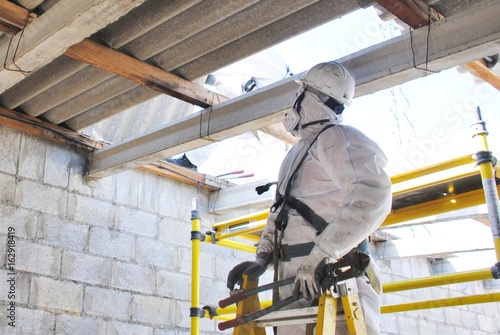 Desmontando tejado de fibrocemento con amianto en Estación Eléctrica Canvas Print