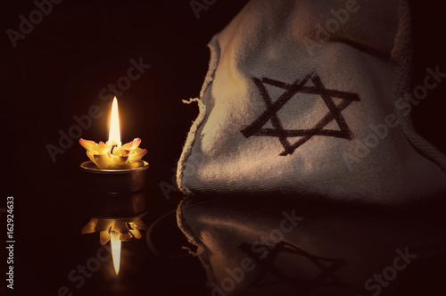 Fotomural A burning candle next to the star of David