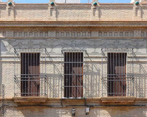 Fachada de una villa en el barrio de Nervión, Sevilla (España)