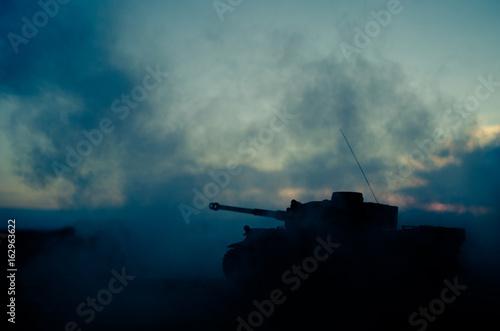 Plakat Koncepcja wojny. Wojskowe sylwetki walki scena na tle mgły wojennej niebo, World War Niemieckie zbiorniki sylwetki poniżej pochmurnej Skyline W nocy. Scena ataku. Pojazdy opancerzone. Scena bitwy czołgów