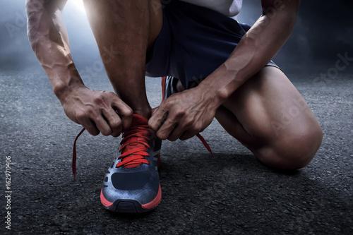 Fotografía  Man tying running shoes