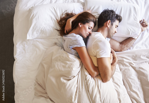 Plakat Ogólny widok romantyczna para leżąc w łóżku razem