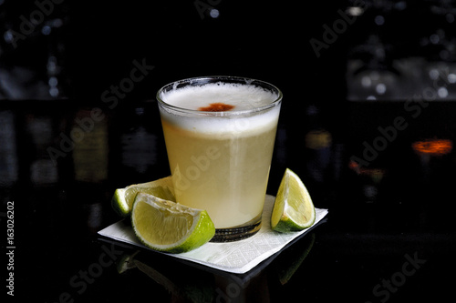 Photo cocktail pisco sour isolated