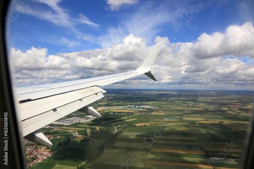 Widok, chmur, pól i miasta w Niemczech z okna lecącego samolotu. - 163060845