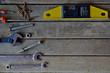 Outils de bricolage sur fond en bois brut