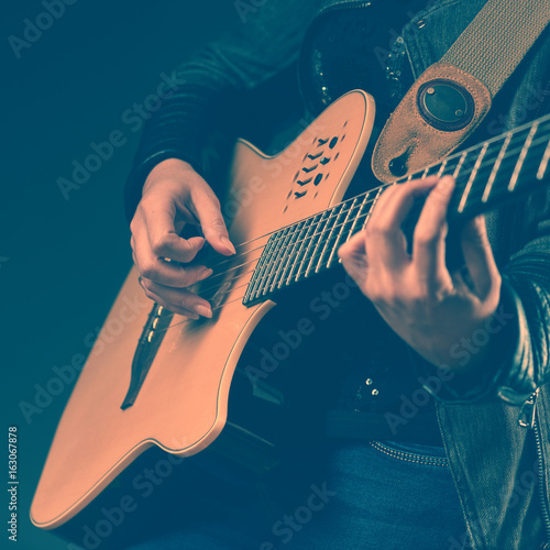 Fotografia  Woman playing on the guitar