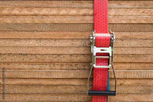Fotomural red ratchet strap fixing wood boards / wooden planks