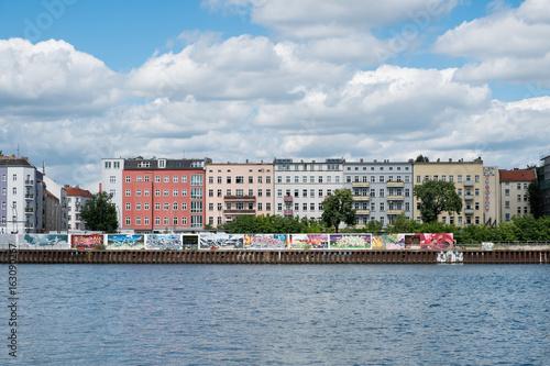 Zdjęcie XXL Rzeka Szprewy, graffiti ściany i budynków mieszkalnych w Berlinie, Friedrichshain